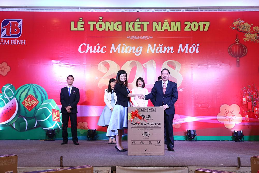 Chị Hoàng Phương nhận máy giặt LG
