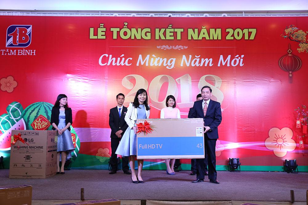 Chị Như Tuyết - Phòng Hành chính nhận chiếc tivi 43 inch