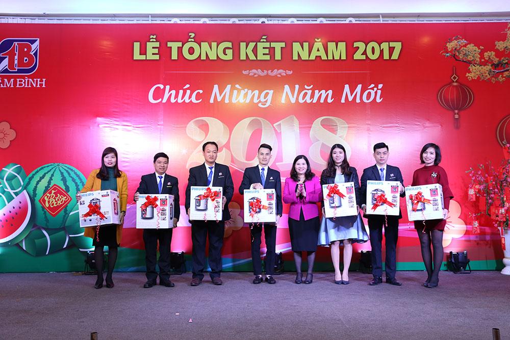 TGĐ tặng quà cho 8 cá nhân nhận quà trị giá 3 triệu đồng