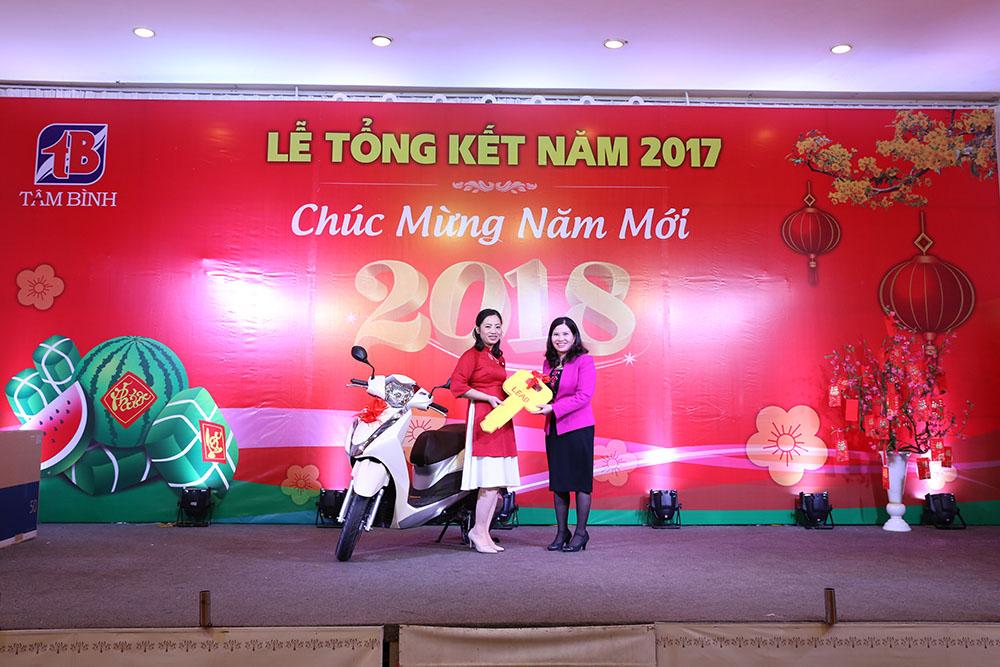 TGĐ tặng xe máy Honda Lead cho chị Trịnh Thị Hà, nhân viên kế toán
