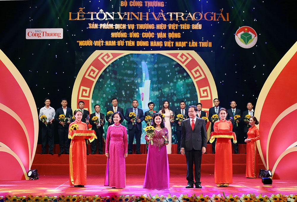 TGĐ Lê Thị Bình nhận Giải thưởng Doanh nghiệp Thương hiệu Việt tiêu biểu năm 2017