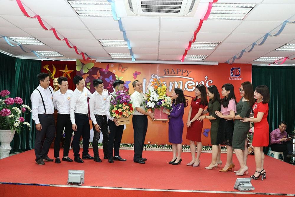 PTGĐ Nguyễn Thế Hùng tặng hoa cho TGĐ Lê Thị Bình