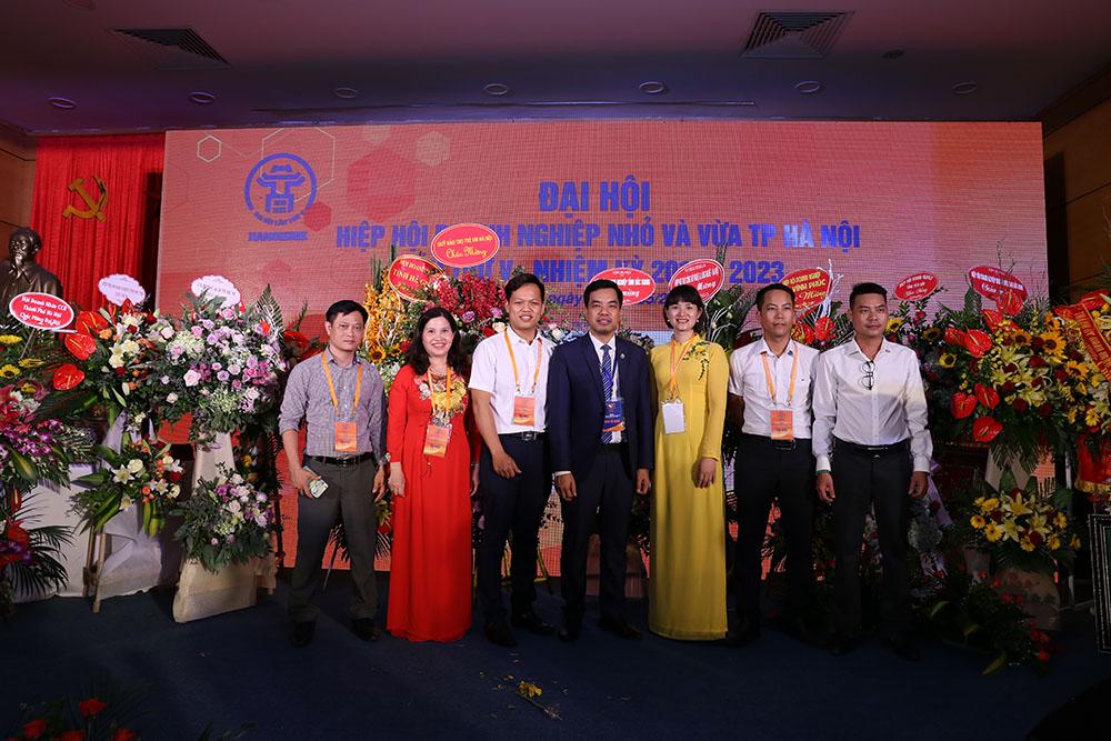 Dược sĩ Lê Thị Bình – TGĐ Công ty dược phẩm Tâm Bình (thứ 2 từ trái sang) cùng các đại biểu tham dự đại hội