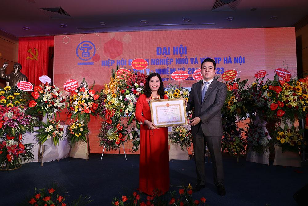 Dược sĩ Lê Thị Bình nhận bằng khen của UBND Thành phố Hà Nội