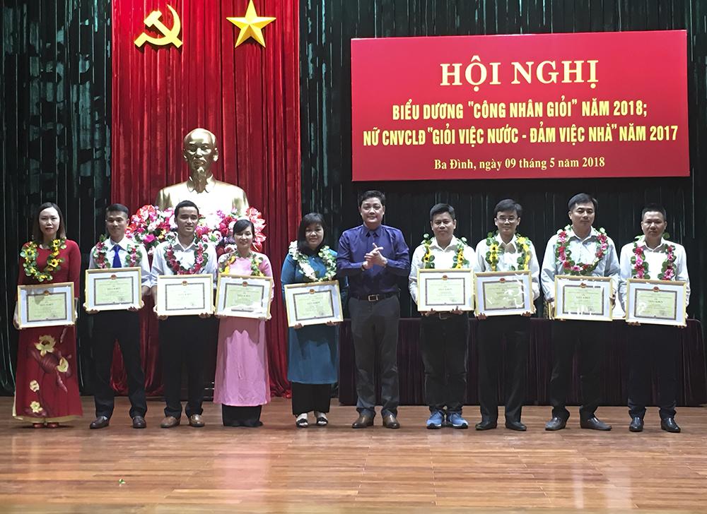 """Anh Trịnh Cao Thắng (thứ 2 trừ trái sang) nhận danh hiệu """"Công nhân giỏi"""" 2018"""
