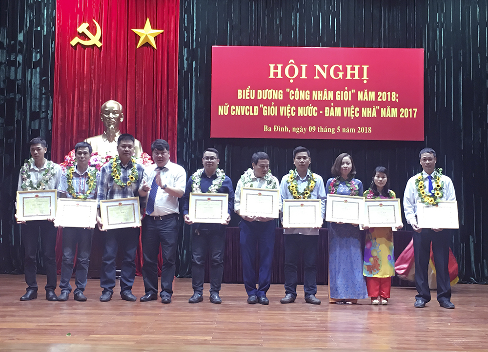 """Anh Vũ Văn Phùng (ngoài cùng bên phải) đạt danh hiệu """"Công nhân giỏi"""" 2018"""