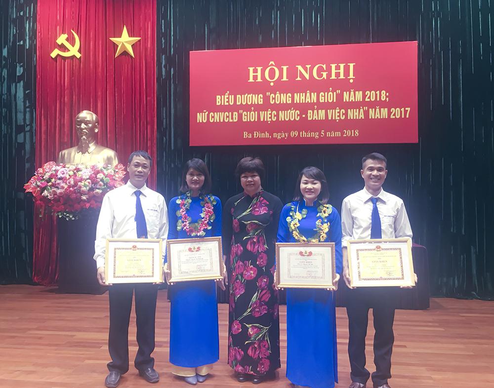 4 cá nhân xuất sắc của Công ty dược phẩm Tâm Bình chụp ảnh lưu niệm cùng bà Nguyễn Thị Bích Liên - Phó Chủ tịch LĐLĐ quận Ba Đình