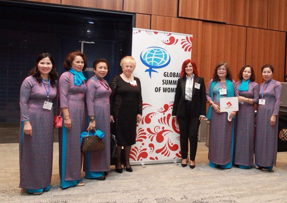 Nữ doanh nhân - Dược sĩ Lê Thị Bình (thứ nhất từ trái sang)