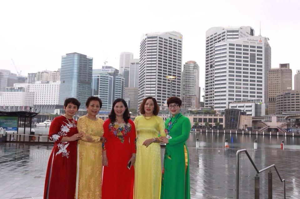 Nữ doanh nhân Lê Thị Bình (áo dài đỏ, đứng giữa)