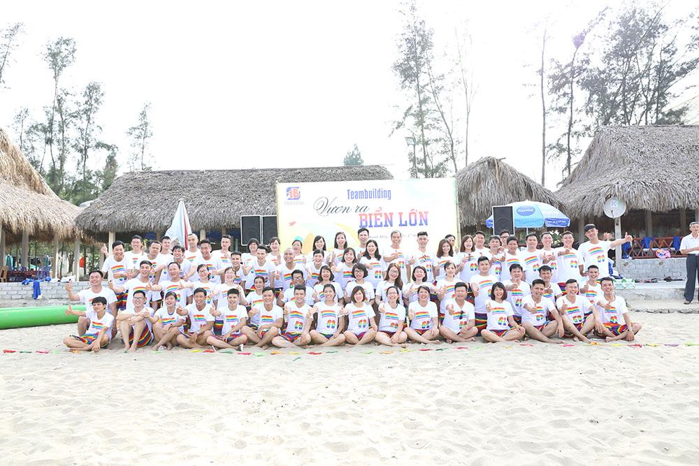Đại gia đình Tâm Bình chụp ảnh lưu niệm tại bãi biển Hải Hòa (Thanh Hóa)