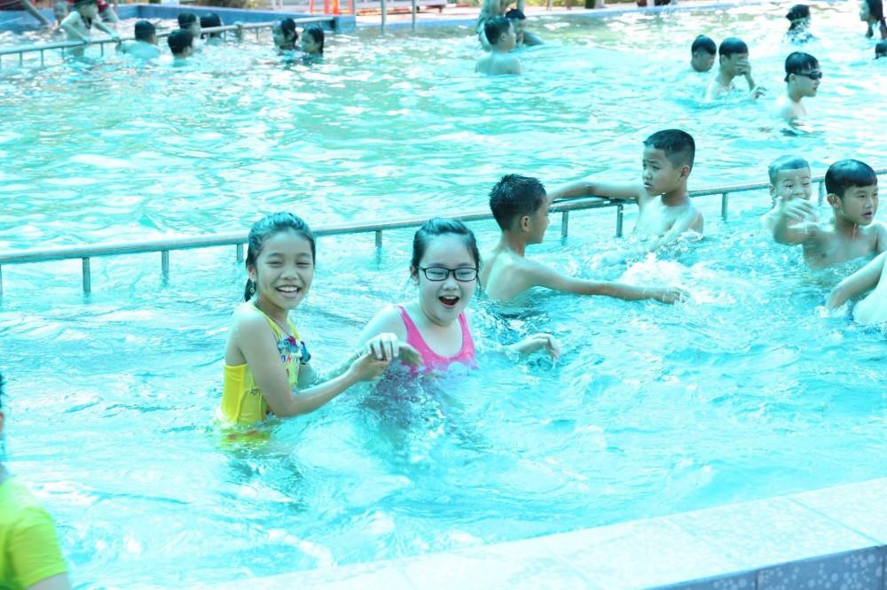Các cháu được bơi lội thỏa thích