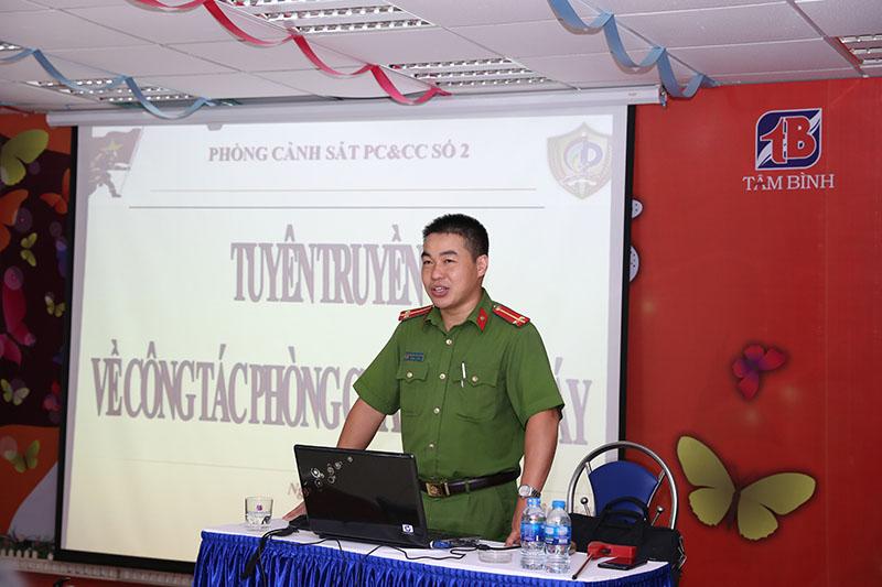 Trung úy Nghiêm Xuân Bách truyền đạt những kiến thức cơ bản  về công tác PCCC tại buổi tập huấn