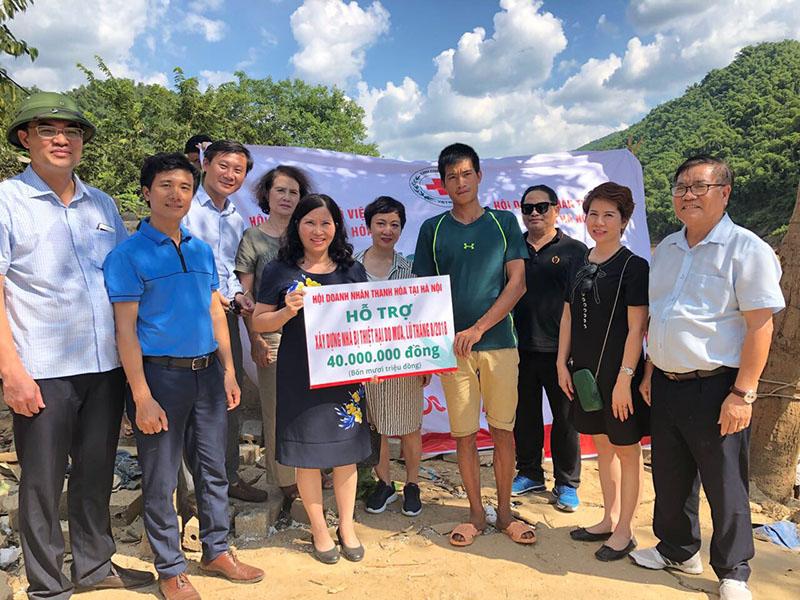 Tổng giám đốc Lê Thị Bình và Hội Doanh nhân Thanh Hóa tại Hà Nội tặng quà cho gia đình bị lũ cuốn trôi nhà cửa ở xã Trung Sơn, huyện Quan Hóa