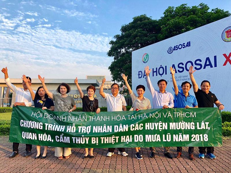 Đại diện của Hội doanh nhân Thanh Hóa tại Hà Nội và TPHCM trong chuyến thăm và tặng quà hỗ trợ đồng bào khắc phục thiệt hại do mưa lũ ở Thanh Hóa
