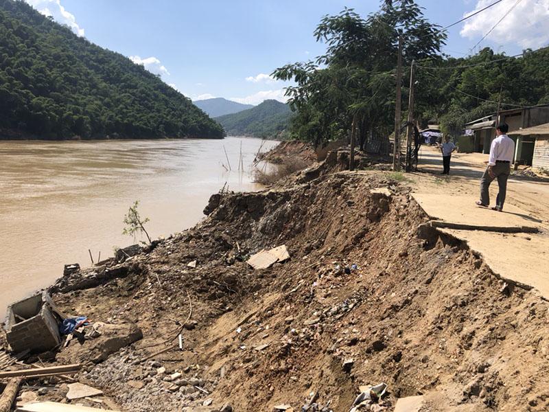 Nhiều con đường bị sạt lở nghiêm trọng do mưa lũ