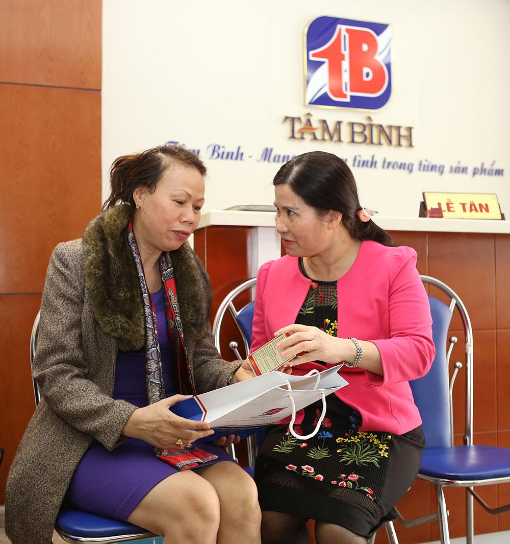 TGĐ Lê Thị Bình tặng quà tại chương trình