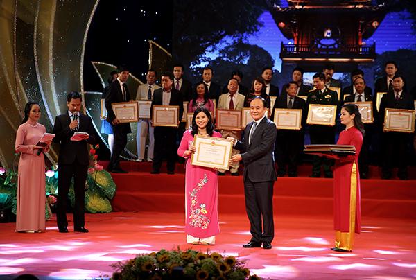 TGĐ Công ty Dược phẩm Tâm Bình nhận Bằng khen của Ủy ban nhân dân thành phố Hà Nội