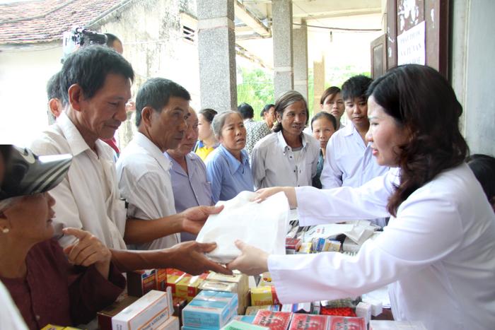 Dược sĩ Thị Bình tư vấn sử dụng thuốc cho các thương bệnh binh