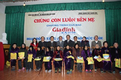 Tặng quà cho các Mẹ Việt Nam anh hùng tại Thanh Hóa