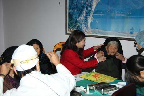 Khám bệnh cho các Mẹ Việt Nam anh hùng và người có công với cách mạng