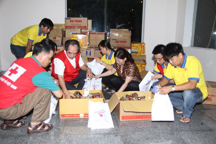 Nhân viên Công ty Dược phẩm Tâm Bình ủng hộ đồng bào miền Trung bị lũ lụt