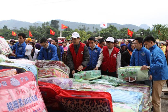 Công ty Dược phẩm Tâm Bình tặng chăn cho các hộ nghèo
