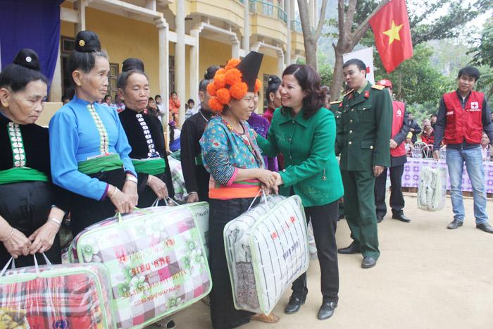 Dược sĩ Lê Thị Bình TGĐ Công ty Dược phẩm Tâm Bình tặng quà cho người nghèo, gia đình chính sách tại Chiềng Ly - Thuận Châu - Sơn La
