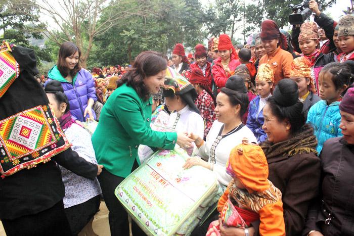 300 xuất quà tết và chăn ấm đã được trao tận tay tới các gia đình có hoàn cảnh khó khăn