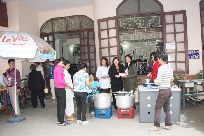 Dược sĩ Lê Thị Bình góp một phần cùng với ban lãnh đạo khoa nhi - Bệnh viện Việt Đức để tiếp tục duy trì nồi cháo từ thiện