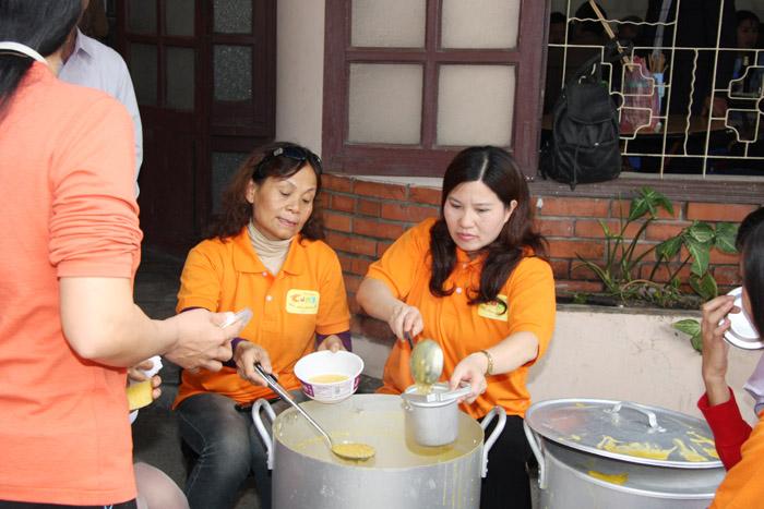 Dược sĩ Lê Thị Bình tự tay múc cháo cho bệnh nhân