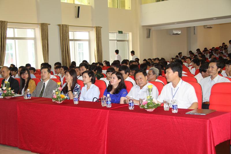 Dược sĩ Lê Thị Bình dự lễ khai giảng năm học 2014 - 2015 tại Đại Học Công Nghiệp TP HCM - Cơ sở Thanh Hóa
