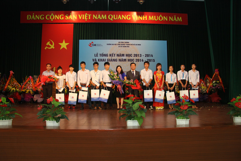 Dược sĩ Lê Thị Bình trao 11 suất học bổng cho sinh viên nghèo vượt khó