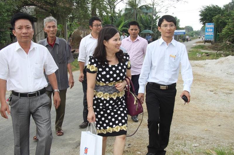 Dược sĩ Lê Thị Bình đến thăm và trao học bổng cho sinh viên có hoàn cảnh đặc biệt khó khăn