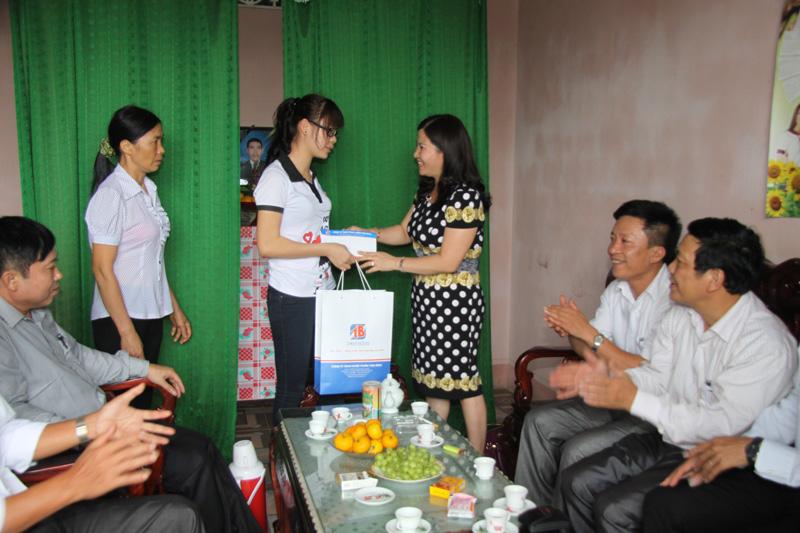 Dược sĩ Lê Thị Bình trao học bổng cho em Trần Thị Hiền