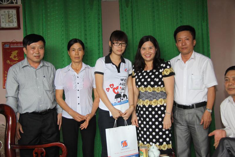 Dược sĩ Lê Thị Bình chụp ảnh cùng lãnh đạo nhà trường, cán bộ huyện Nông Cống và gia đình em Hiền