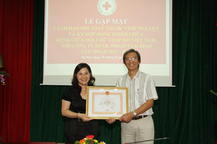 Dược sĩ Lê Thị bình vinh dự nhận bằng khen đã có thành tích xuất sắc trong các hoạt động nhân đạo