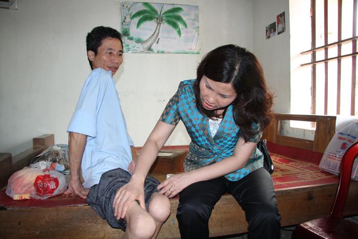 Dược sĩ Lê Thị Bình thăm khám bệnh cho bệnh nhân Hảo