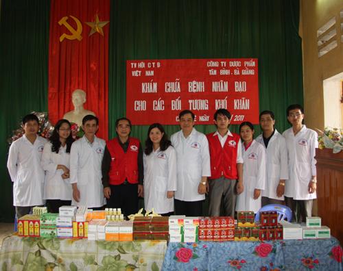 Dược sĩ Lê Thị Bình cùng Đoàn công tác trong một chuyến đi từ thiện
