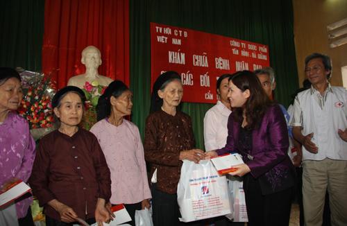 Công ty Dược phẩm Tâm Bình phát thuốc cho bệnh nhân nghèo