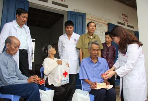 Dược sĩ Lê Thị Bình tư vấn sử dụng thuốc cho người cao tuổi