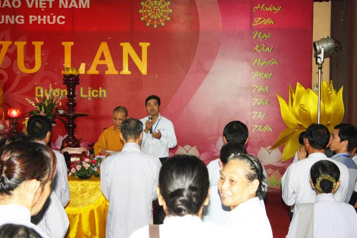 Thầy Thích Tỉnh Thiền - Phó Trụ trì Thiền viện Sùng Phúc đang giới thiệu với các Phật tử về sản phẩm Viên Khớp Tâm Bình