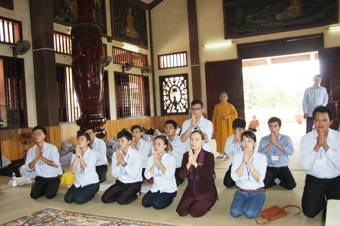 Các Phật tử chăm chú lắng nghe Sư thầy giảng giải