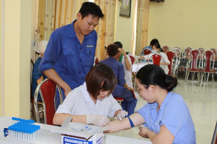 Nhân viên Công ty Dược phẩm Tâm Bình tham gia hiến máu