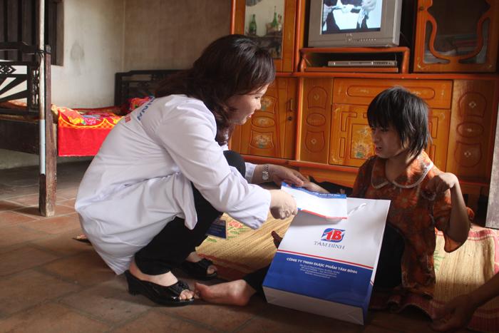 Dược sĩ Lê Thị Bình thăm, tặng quà gia đình nạn nhân chất độc màu da cam