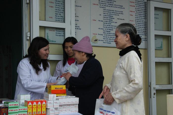Dược sĩ Lê Thị Bình phát thuốc miễn phí cho người dân