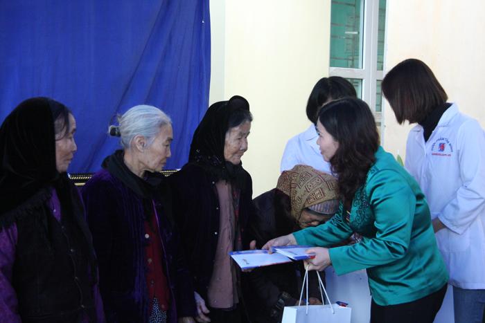 Tổng giám đốc Lê Thị Bình tặng quà cho các gia đình có hoàn cảnh khó khăn