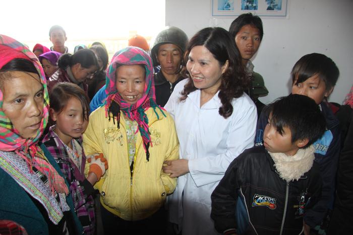 Dược sĩ Bình và bà con Lai Châu