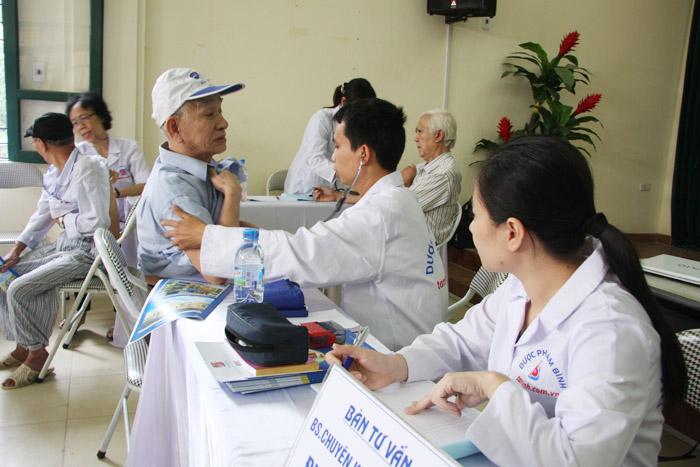 Ngoài việc khám chữa bệnh, Đoàn bác sĩ của Công ty Tâm Bình còn hướng dẫn các cụ cách chăm sóc và bảo vệ sức khỏe