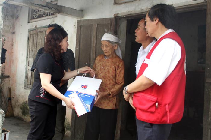 Dược sĩ Lê Thị Bình thăm hỏi từng đối tượng