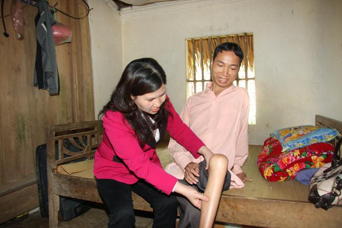 Dược sĩ Lê Thị Bình đến thăm bệnh nhân Nguyễn Ngọc Thông ở xã Quân Khê huyện Hạ Hòa Phú Thọ